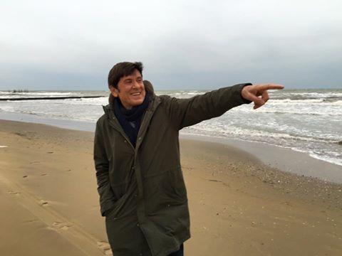 Gianni Morandi sul lungomare di Jesolo